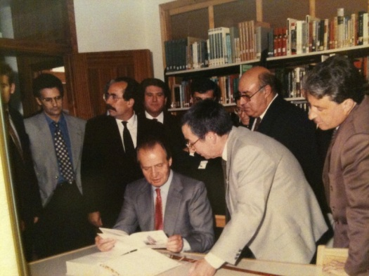 Juan Carlos signing book